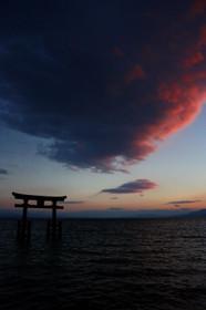 琵琶湖にそびえる鳥居、白髭神社