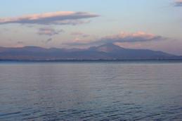 琵琶湖の蜃気楼、湖西から伊吹山方面を望む