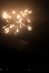 ビーチで見る花火