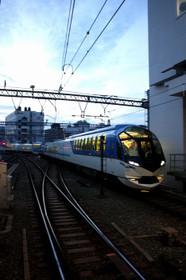 京都駅に到着する観光特急「しまかぜ」