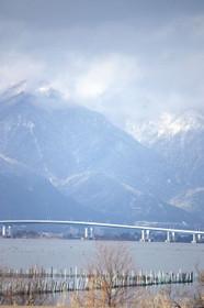 冬の比良山と琵琶湖大橋