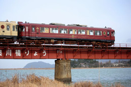 由良川を渡るKTR「あかまつ」号