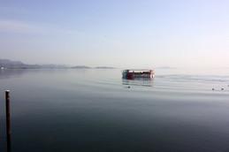 びわ湖をクルージングする水陸両用バス