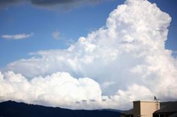 大文字山の向こうに入道雲