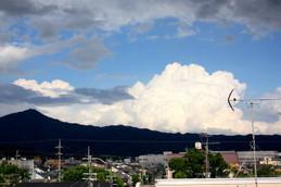 比叡山の向こうに入道雲