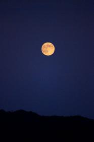 2011年の名月と比叡山の稜線