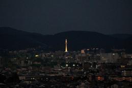 夕暮れの京都タワーに灯りがともる
