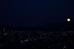 京都タワーと十六夜スーパームーン