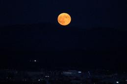 稜線と満月
