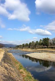 冬の賀茂川・青空を映す