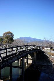 橋の向こうに愛宕山