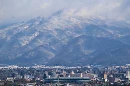 アクアリーナの向こうに雪の比叡山