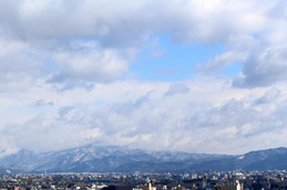 雪化粧の比叡山と大文字