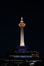 これまでのハロゲンで白色に光る京都タワー