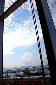 セカンドハウスピエリ守山店の窓から空を眺める