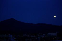 比叡山から京都の夜空に乙女座満月