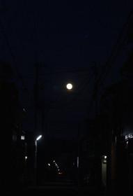 小路の向こうに輝く満月